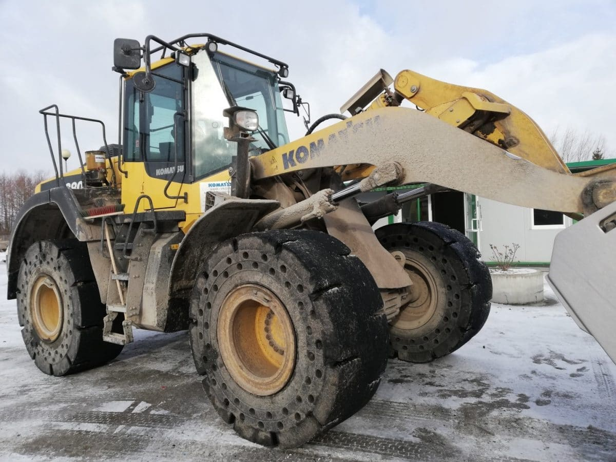 The Komatsu WA380 Wheel loader with 23.5-25 super solids Magna MA601 at a glass recycling company